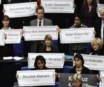 Linke-Abgeordnete erinnerten am 26. Februar 2010 an die in Kundus getöteten Afghanen – Bundestagspräsident Lammert (CDU) warf sie daraufhin raus. Foto: AP