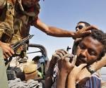 Anti-Ghaddafi-Kämpfer bei der Gefangennahme eines angeblichen Regierungsmilizionärs am Sonnabend bei Bani Walid Foto: Reuters